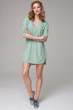 Swobodna sukienka w odcieniach pastelowej zieleni