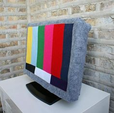 Jason Loper made a Test Pattern TV Cover so that he could hide his television in plain sight. via Apartment Therapy photo by Jason Loper Diy Tv, Tv Escondida, Tv Covers, Laptop Covers, Sewing Projects, Diy Projects, Knitting Projects, Sewing Ideas, Hidden Tv