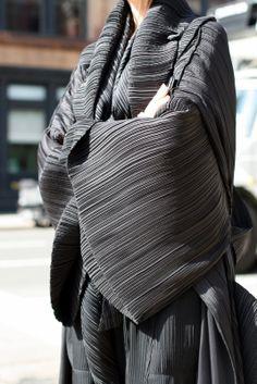 """Une veste d'Issey Miyake, de la collection intemporelle des """"Pleats Please"""""""