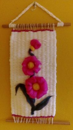 Resultado de imagen para telares decorativos Loom Weaving, Tapestry Weaving, Felt Wall Hanging, Diy And Crafts, Arts And Crafts, Thread Art, Crochet Bracelet, Needle Felting, Christmas Stockings