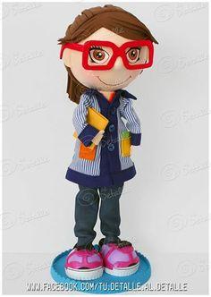 Foto: A esta maestra del cole La Sallle de Cassà de la Selva...sus alumnos han querido sorprenderla con una fofucha de Al detalle  Con todas las señas que la identifican, sus gafas rojas, su bata y su cabello. No le ha faltado detalle!!!