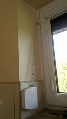 Rolety zewnętrzne przy montażu we wnęce okiennej odwiert na linke / sznurek wykonywany jest do środka przez ościeżnicę okienną. Kasetka / zwijacz rolety montowany jest we wnęce do ściany bądź do ościeżnicy. Rolety zewnętrzne Łódź montowane we wnęce (w świetle okna)