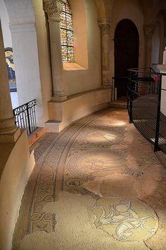 Eglise abbatiale - Déambulatoire - Mosaïques romanes ..Abbaye Saint-Philibert - Tournus. Bourgogne