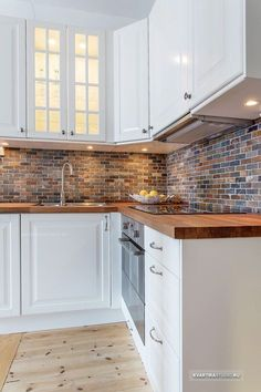 Discover modern kitchen flooring ideas, from ceramic tile to hardwood to stone, tile pattern, slate Farmhouse Style Kitchen, Modern Farmhouse Kitchens, Home Kitchens, Elegant Kitchens, Kitchen Interior, Kitchen Decor, Kitchen Ideas, Kitchen Knobs, Kitchen Furniture
