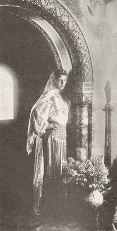 Regina Maria a României în costum popular - Queen Marie of Romania dressed in traditional costume Romanian Royal Family, Saturday Evening Post, Folk Embroidery, Royal Weddings, Bucharest, Eastern Europe, Royalty, Costumes, Traditional