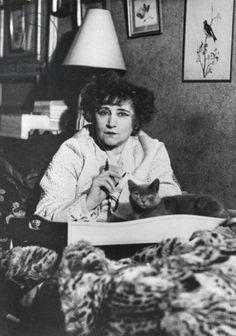 Colette chez elle avec l'un de ses chats Nobel Prize In Literature, Roman, Cat People, Music Film, Soft Sculpture, Female Portrait, Artist Art, Find Art, Famous People