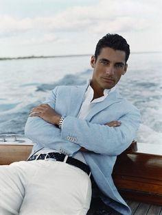 white pants boss. mens fashion / mens style - vielleicht eine Inspiration für Ihren nächsten Traumanzug / Ihr nächstes Traumsakko? Mehr unter www.jk-masskonfektion.de - der Maßkonfektionär mit Heimservice in Baden