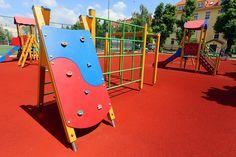 Odkryj kompleks rekreacyjny dla dzieci w Świdnicy przy ul. Ułańskiej! Zobacz, co przygotowano tu dla dzieci i daj się ponieść dobrej zabawie. Plac zabaw, boiska, siłownia zewnętrzna i wiele więcej!
