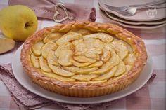 La crostata di mele è un dolce a base di mele golden aromatizzate al limone e avvolte in una morbida frolla.