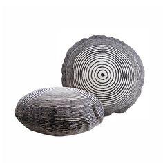 Hauska, graafisen tyylikäs ja ajaton Vuosirengas tyyny on sisustuksen katseenvangitsija.  Käsinpiirretty printti mukailee aitoja vuosirenkaita.  Koko: 50cm Sävy: luonnonvalkoinen/tumman harmaa Täyte on kotimaista, PET - juomapulloista kierrätettyä Eco Soft-vanua. Laadukas materiaali on kulutusta kestävää 100% puuvillaa (yli 30 000 kierrosta Martindale SFS-EN ISO 12947-2) Digiprintattu Suomen Aitoossa Valmistus: design palet, Vantaa