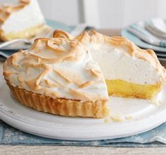Try our lemon meringue pie recipe. Want to make a lemon meringue pie? Here's how to make creamy lemon pie filling, light meringue topping and perfect pastry Dinner Party Desserts, Köstliche Desserts, Delicious Desserts, Dessert Recipes, Meringue Topping Recipe, Lemon Meringue Cheesecake, Meringue Recept, Lemon Marange Pie, Robot Thermomix