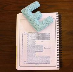Alfabeto crochet - E Crochet Diy, Crochet Gratis, Crochet Motifs, Crochet Pillow, Crochet Diagram, Crochet Chart, Crochet Home, Crochet Stitches, Crochet Patterns