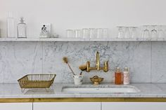 Steal This Look: A Glamorous London Kitchen in Marble and Brass - Remodelista Kitchen Shelves, Kitchen Backsplash, Brass Kitchen, Kitchen Sink, Kitchen Worktops, Concrete Kitchen, Diy Concrete, French Kitchen, Kitchen Units