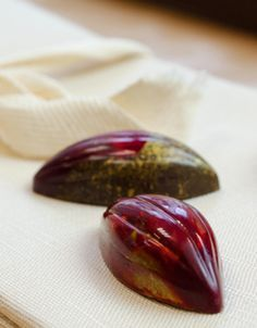 Saint-Valentine's day is nearly here! This is the perfect opportunity to make your own chocolates for your loved one and to try tempering chocolate, a technique which is the key to the success of your chocolate candies.