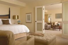 Deluxe Four Seasons Executive Suites feature an extremely spacious living area, separated from the bedroom by frosted French doors. The large bay windows offer ample light and wonderful city views.