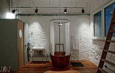 O apartamento dos anos 1950 foi reformado pelo arquiteto Juan Pablo Rosenberg e ganhou uma suíte com área de banho integrada ao dormitório. Apenas o vaso sanitário fica em um box com ventilação por exaustor. Foto: Revista Casa e Jardim
