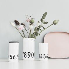 Design Letters AJ Vase 0-9, Moderne Vase mit dem Alphabet von Arne Jacobsen. AJ Vase 0-9 von Design Letters hier online kaufen!