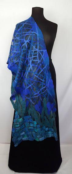 OOAK handmade Schal habe ich aus Gaze usbekischen Margilan Seide, die von Hand gefärbt ist, extra feiner australischer Merinowolle, Maulbeerseide und Viskose. Diese attraktive deckenschal ist zu meinem ursprünglichen Entwurf gemacht. Die Nunofilzschal ist seidig und weich im Griff, und