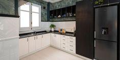 El espacio del office se abrió al salón derribando el tabique de separación y unificando todo en un ambiente. Kitchen Cabinets, Home Decor, Septum, Open Kitchens, Wall Papers, Staircases, Windows, Lounges, Home