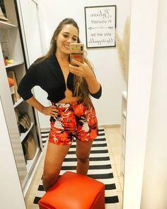 "Mᴏᴅᴀ | Lᴏᴏᴋs | Vɪᴀᴊᴇs en Instagram: ""1 misma blusa, 2 formas de usarla 👕  Con un poco de creatividad e inspiración, podemos darle un giro a las prendas, como en este caso que…"" Estilo Floral, Instagram, Shapes, Blouse, Creativity"