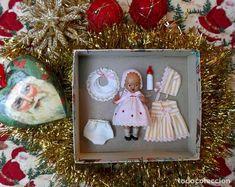 Adorable caja con bebé española de piedra y complementos, ideal Navidad! Antique Dolls, Antiques, Frame, Home Decor, Christmas Presents, Crates, Bebe, Vintage Dolls, Homemade Home Decor