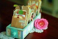 Vanhat - ja vuosien saatossa vielä tulevat - pääsiäiskortit voi säilöä esille laitettavaan vanhaan lipaston vetimeen, jota voi tuunata kevään väreillä.