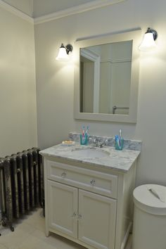 Vanity unit with glass handles and marble top Vanity Units, Marble Top, Bathroom Furniture, Mirror, Glass, Home Decor, Homemade Home Decor, Drinkware, Mirrors