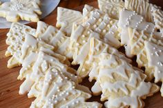 Christmas Sugar Cookies - Mini Pie Kitchen - Easy Beautiful Sugar Cookies w/ Royal Icing – icing uses meringue powder - Christmas Tree Cookies, Holiday Cookies, Holiday Treats, Christmas Treats, Holiday Recipes, Sugar Cookies Recipe, Cookie Recipes, Iced Cookies, Dessert Recipes