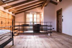 Massiver Dielenboden mit Treppen Geländer aus Stahl