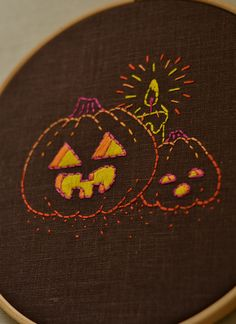 Simple Embroidery Designs, Hand Embroidery Projects, Hand Embroidery Patterns, Halloween 2020, Easy Halloween, Funny Pumpkin Faces, Halloween Embroidery, Cute Pumpkin, Hand Stitching