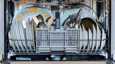 Deine Geschirrspülmaschine reinigt das Geschirr nicht mehr richtig? Ist ein Film auf den Gläsern oder bleiben gar Schmutzreste am Geschirr haften?