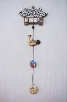 집벽걸이는 만들어 놓으면 휘리릭 빨리 빠져요~~^^ 도자기만 빠져나가고 대체 돈은 어디에 있는지를 모르겠... Diy And Crafts, Arts And Crafts, Ceramic Art, Gift Tags, Belly Button Rings, Art For Kids, Weaving, Clock, Shapes