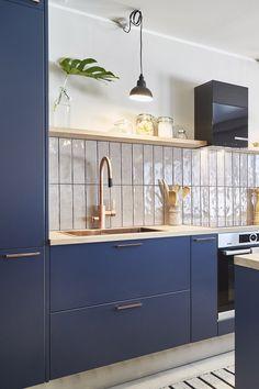 Asuntokaupat sokkona -ohjelman yhdeksännessä jaksossa keittiön yksityiskohdat olivat kupariset! Vetiminä keittiössä on linjakas ja moderni Cubix kupari. #asuntokaupatsokkona #nelonen #jakso9 #vetimet #vedin #sisustus #sisustussuunnittelu #keittiö #keittiösuunnittelu #inspiraatio #ideoita #kitchen #interior #design #Retro #kupari #messingöity #lankavedin #helatukku Future House, Kitchen Cabinets, Home Decor, Washroom, Decorating Ideas, Environment, Houses, Interiors, Home