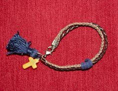 flequillo azul y cruz amarilla