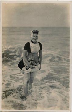 Strandscene op Walcheren. Vrouw in Zeeuwse klederdracht staat in de branding. Nederland, Zeeland, 1928. #Zeeland #Walcheren