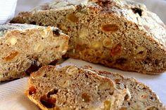 Bak brød i helgen - no knead bread variant med hasselnøtter og rosiner. Bytt ut rosiner med tørket aprikos - Mat på bordet