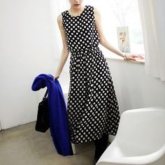 In the fashion road,you always can judge the right direction. Just like this dress,it features retro dots pattern,with sleeveless,round neck and gathered waist design,showing your slender figure and charming style.