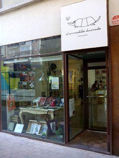 El Armadillo Ilustrado es uno de los comercios creativos de la calle Las Armas, en el zaragozano barrio de San Pablo, una librería gráfica con una agenda repleta de interesantes actividades, exposiciones, cursos y talleres de ilustración. #zaragoza