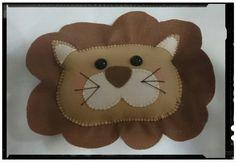 Leão em feltro para decoração de festas by Cath Craft. Encomendas: www.facebook.com/cathcraft1