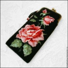 Очечник из бисера Королевская роза Beaded Purses, Beaded Bags, Hardanger Embroidery, Beaded Embroidery, Knit Or Crochet, Bead Crochet, Peyote Stitch, Cross Stitch, Palestinian Embroidery