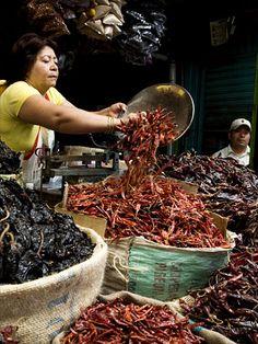 N.... Venta de chiles secos en el mercado de la Ciudad de Oaxaca, Oaxaca, México.