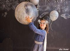 Una fiesta de cumpleaños galáctica para niños. Decoración handmade con toque retro. Pequeños héroes del espacio en una fiesta infantil.