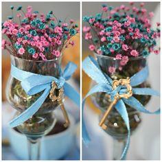 Veja diversos modelos modelos de enfeites de mesa para casamento para decorar o centro de mesa dos convidados. Ideias incríveis que você pode fazer em casa!
