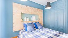 Dormitorio azul con cabecero de madera iluminado - Detalles