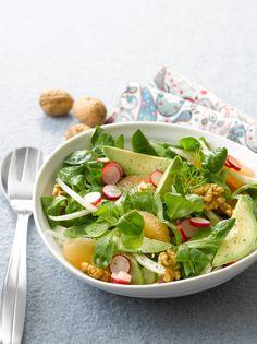 Feldsalat mit Radieschen, Avocado, Walnüssen und Fenchel | http://eatsmarter.de/rezepte/feldsalat-mit-radieschen-avocado-walnuessen-und-fenchel