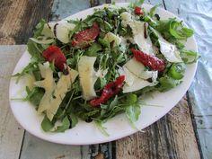 Greckie smaki: Sałatka z rukoli, parmezanu i suszonych pomidorów Cobb Salad, Meat, Chicken, Food, Essen, Meals, Yemek, Eten, Cubs