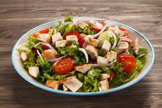 L'insalata di pollo è un piatto freddo tipico dell'estate, facile e veloce da preparare, ottimo da gustare come piatto unico.