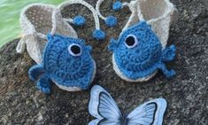 Let your little one enjoy the sun and the sand with these fun crocheted summer booties! The fishies are super cute, they'd definitely be your baby's . Crochet Gratis, Free Crochet, Crochet Summer, Diy Paso A Paso, Amigurumi For Beginners, Baby Sandals, Crochet Baby Booties, Crochet Earrings, Crochet Patterns