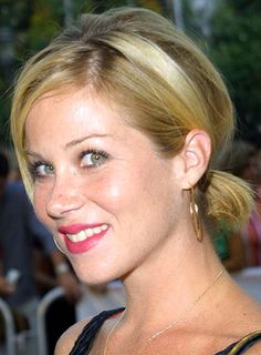 christina applegate short hair   Christina Applegate's cute, short-haired ponytail is a perfect summer ...