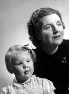 Portret kroonprinses Juliana en haar dochter prinses Beatrix in Canada tijdens de Tweede Wereldoorlog.